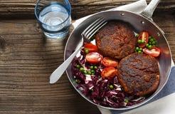 Zwei Burger und Salat des strengen Vegetariers Stockfoto