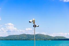 Zwei CCTV-Überwachungskameras auf dem See- und Gebirgshintergrund Lizenzfreie Stockfotografie