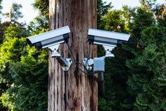 Zwei cctv-Überwachungskameras auf einem Pfosten stockfoto
