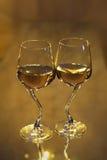 Zwei Champagnerflöten auf Spiegel Lizenzfreies Stockfoto