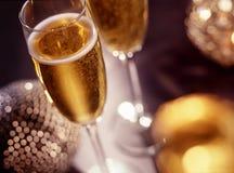 Zwei Champagnergläser über Weihnachtshintergrund Stockfoto