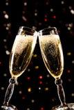 Zwei Champagnergläser, die Toast bilden Stockfoto