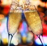 Zwei Champagnergläser gegen helle Lichter Stockfotografie