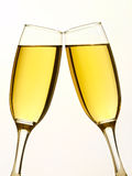 Zwei Champagnergläser im Toast Stockbild