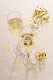 Zwei Champagnergläser mit Gold Stockfoto