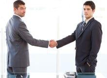 Zwei charismatische Geschäftsmänner, die Hände rütteln stockbilder