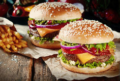 Zwei Cheeseburger auf Brötchen des indischen Sesams Stockbild