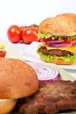 Zwei Cheeseburger mit Bestandteilen lizenzfreie stockbilder