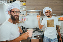 Zwei Chefs, die auf Küche kochen Stockbilder