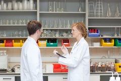 Zwei Chemiker in ihrem Labor Stockbild