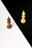 Zwei Chessmen, die nahen Schachvorstand auf hölzernem Hintergrund stehen Lizenzfreies Stockbild