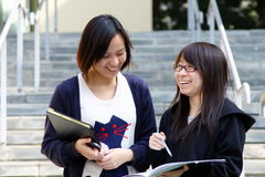 Zwei chinesische Hochschulstudenten auf Campus stockfotos