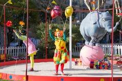Zwei Clowne mit Ballon und Elefanten Stockfotos