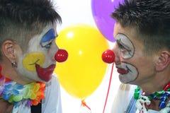 Zwei Clowne mit roter Wekzeugspritze stockfoto