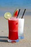 Zwei Cocktails auf dem Strand Lizenzfreie Stockfotografie