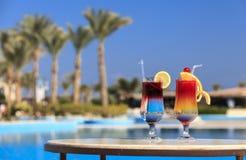 Zwei Cocktails durch das Pool stockfotografie