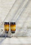 Zwei Congas vor einer Weinlesewand lizenzfreies stockbild