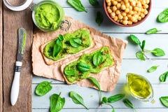 Zwei Cracker mit grünem Spinatshumus lizenzfreie stockfotos