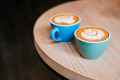 Zwei Cup Cappuccino stockfotos
