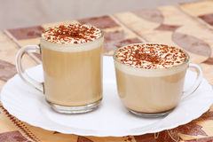 Zwei Cup Capuccino auf weißer Platte Stockfoto