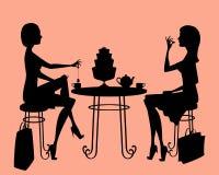 Zwei Damen, die einen Teebruch nach dem Einkauf haben Stockbild