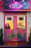 Zwei Damen, die Karten beim Oktoberfest verkaufen Stockfoto