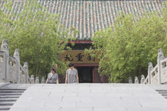 Zwei Damen, die in Tempel des Hauptministers in Kaifeng-Stadt, Zentralchina gehen Stockbild