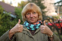 Zwei Daumen up reife Frau Lizenzfreie Stockfotos