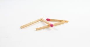 Zwei defektes Match mit rosafarbenem Matchkopf auf weißem Hintergrund Lizenzfreie Stockfotos