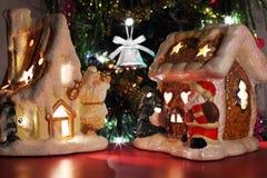 Zwei dekorative Weihnachtsspielzeughäuser Lizenzfreie Stockfotos