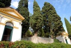 Zwei der sieben Kirchen und der großen Zypressen in Monselice durch die Hügel im Venetien (Italien) Stockbild