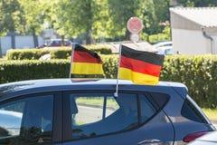 Zwei deutsche Flaggen auf einem Auto Lizenzfreies Stockfoto