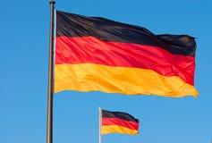 Zwei deutsche Markierungsfahnen, die in den Wind fliegen Stockbilder