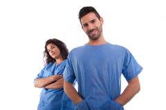 Zwei Doktoren in den blauen Krankenhausuniformen lizenzfreie stockfotos