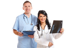 Zwei Doktoren, die geduldigen Röntgenstrahl betrachten Stockfotografie