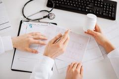 Zwei Doktoren, die Medikation vorschreiben lizenzfreie stockfotografie