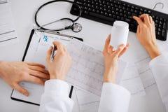 Zwei Doktoren, die Medikation vorschreiben stockfoto