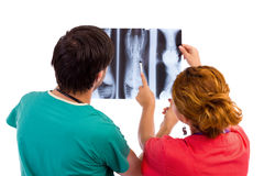 Zwei Doktoren, die medizinische Abfrage des Röntgenstrahlbildes haben. stockfoto