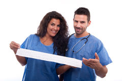 Zwei Doktoren, die mit Elektrokardiogramm lächeln lizenzfreies stockfoto