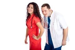 Zwei Doktoren, die mit Stethoskop spielen Stockfotografie