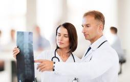 Zwei Doktoren, die Röntgenstrahl betrachten Lizenzfreies Stockfoto