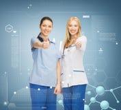 Zwei Doktoren, die sich Daumen zeigen Stockfoto