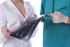 Zwei Doktoren mit Ergebnis eines Röntgenstrahls Stockbilder