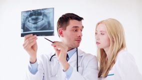 Zwei Doktoren mit Röntgenstrahldrucken stock footage