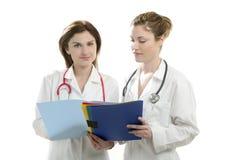 Zwei Doktorfrauen getrennt auf Weiß Stockfoto