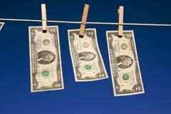 Zwei Dollarscheine auf Wäscheleine lizenzfreies stockfoto