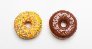 Zwei Donuts lokalisiert auf weißem Farbhintergrund, Draufsicht stockfoto