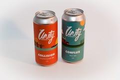 Zwei Dosen Einheit machen Ale auf neutralem Hintergrund in Handarbeit lizenzfreies stockfoto