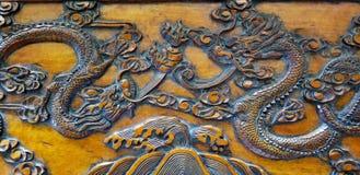 Zwei Drache-Tanzen geschnitzt im Kampferlorbeerholz stockfoto