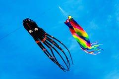 Zwei Drachen, die auf den blauen Himmel fliegen Stockfotos